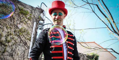 Joie et plaisir sont les mots à utiliser pour définir cette magnifique expérience que la troupe Eklabul a vécue au carnaval d'Antibes. Accompagnée des enfants antibois, nous avons apportés de la couleur à leur école, mais aussi dans le centre-ville…