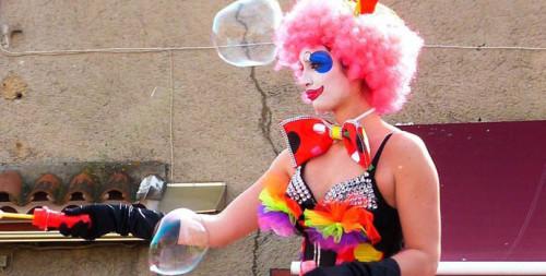 Dans la période des carnavals, les hommes et femmes d'Eklabul ne s'arrêtent plus. Ils enchaînent les prestations dans le sud de la France pour offrir à certains chanceux, une expérience...