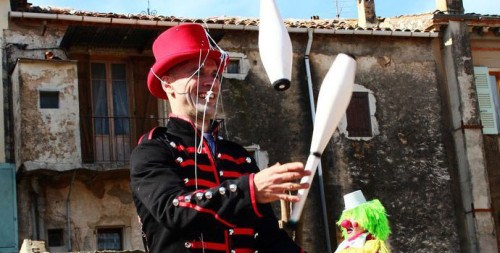 Petits et grands ont passé une merveilleuse après-midi accompagnés des fantastiques jongleurs d'Eklabul ! Des clowns géants, des jongleurs déments et des cyclistes d'un autre temps...